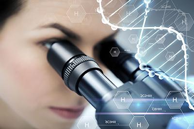 kobieta przy pracy z mikroskopem