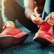 sportowiec wiąże obuwie