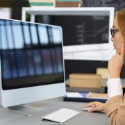 kobieta przeglądająca internet