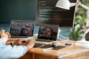 programista pracujący nad kodem