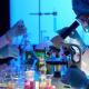 pracownik laboratoryjny przy mikroskopie