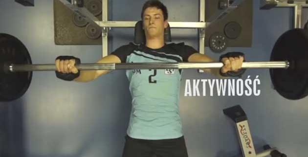 mężczyzna ze sztangą na siłowni