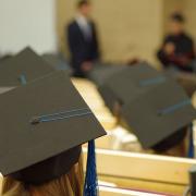 zdjęcie studentów w biretach na auli