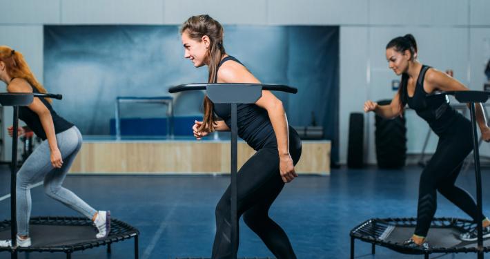 kobiety ćwiczące w sali gimnastycznej