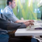 pracujący studenci przy klawiaturze